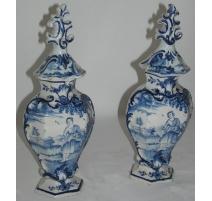 Paire de vases, en faïence de Delft.