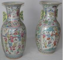 Paire de vases, en porcelaine. Décor de