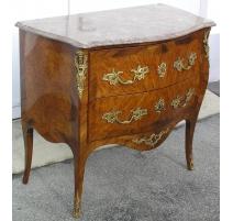Cómoda estilo Luis XV, de madera