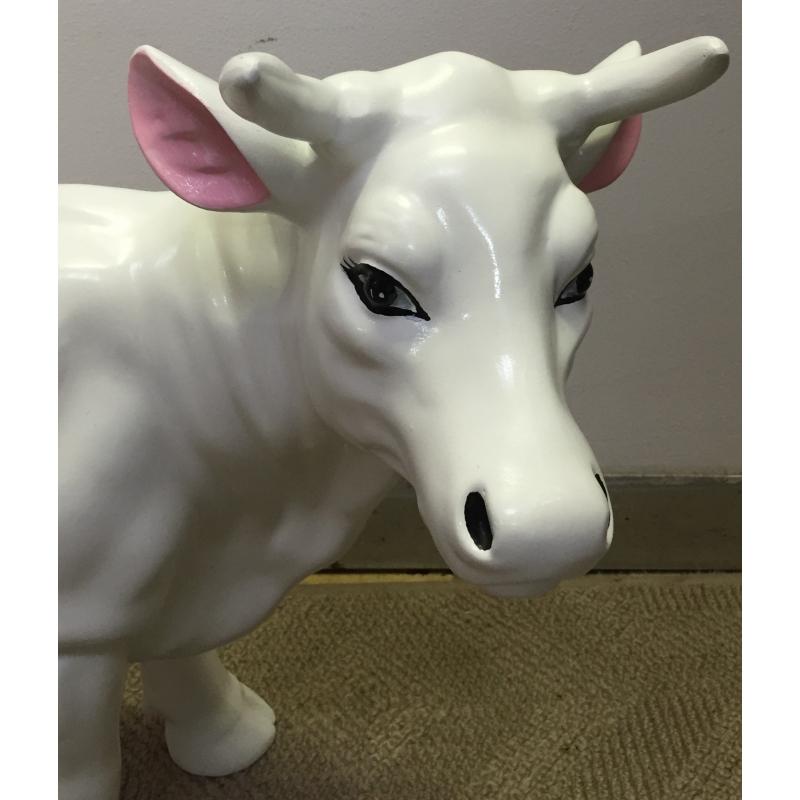 petite vache en r sine blanche d cor sur moinat sa antiquit s d coration. Black Bedroom Furniture Sets. Home Design Ideas