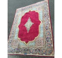 Alfombra Oriental, de lana. El fondo rojo.