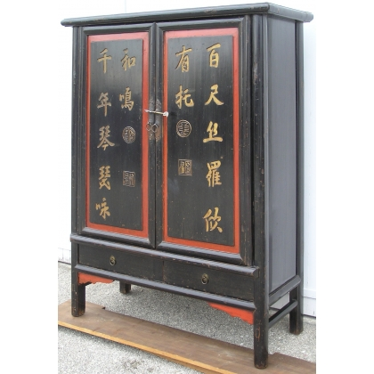 Armario con 2 puertas y 2 cajones, de madera lacada en negro.