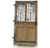 Porte d'entrée avec partie vitrée.