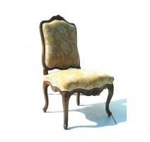 Chaise Régence richement sculptée.