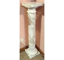 Spalte aus weißem marmor