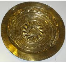 Plat à offrandes, en bronze. Daté 1768.