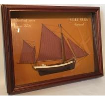 Modelo de mesa de un velero en medio del casco