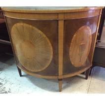 Buffet de media luna, con incrustaciones en madera de caoba.