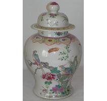 Vase avec couvercle, en porcelaine.