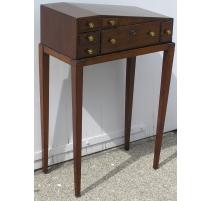Стол викторианского стиля в pan углом, в