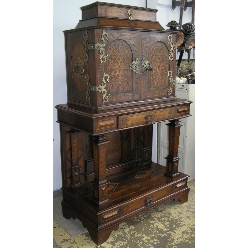 Cabinet Louis XIII, en bois marqueté.