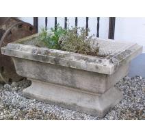 Petit bassin rectangulaire sur pied en pierre