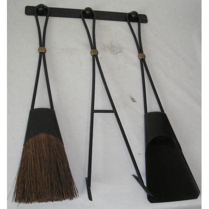 Lot d'outils de cheminée en fer forgé