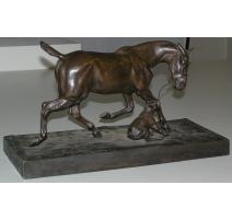 """Sculpture """"Cheval retenu par un"""