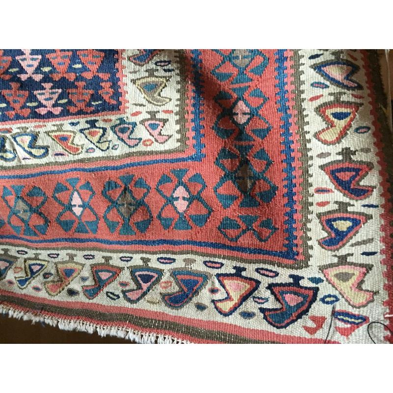 tapis kilim rouge et bleu sur moinat sa antiquit s d coration. Black Bedroom Furniture Sets. Home Design Ideas