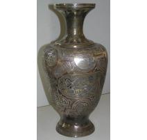 Vase daté 1951, en laiton repoussé.