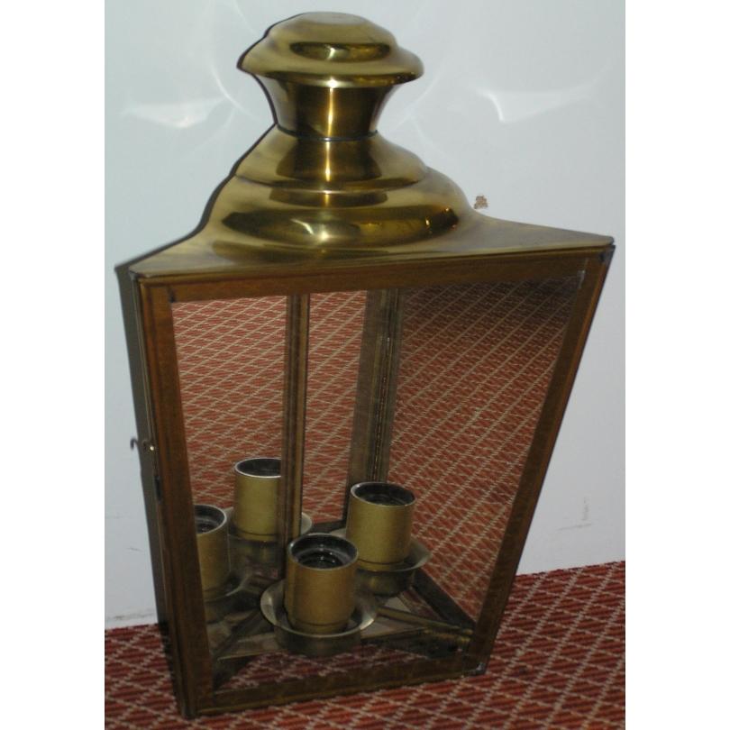 Applique - lanterne d'angle, en laiton.
