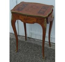 Mesa estilo Luis XV con incrustaciones de