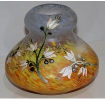 Vase rond, signé LEGRAS. Avec décor floral.