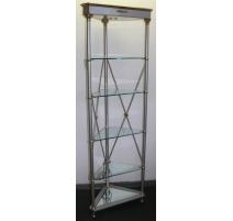 Estantería de ángulo con estantes de vidrio.