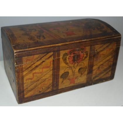 Petit coffre en bois peint couvercle bombé