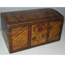 Pequeño cofre de madera pintado con cúpula de sello