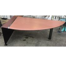 Schreibtisch in form eines flügels aus leder bicolor und eisen poliert