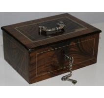 Pequeña caja fuerte en hierro pintado de madera del faux