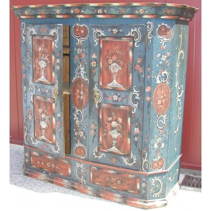 Armoire peinte avec 2 portes.