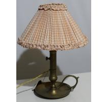 Bougeoir en laiton monté en lampe avec abat-jour