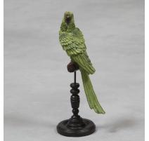 Perroquet vert en résine sur son perchoir