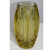 Vase rond en verre moullé vert
