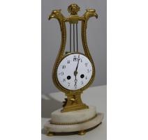 Pendule lyre en bronze doré et marbre blanc