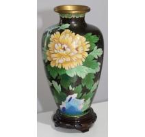 Florero de cloisonné fondo negro y el amarillo de la flor