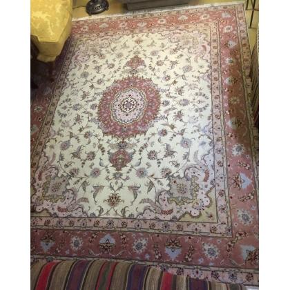Tapis d'orient fond rose en laine et soie