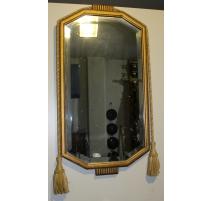 Miroir rectangulaire doré orné de passementerie