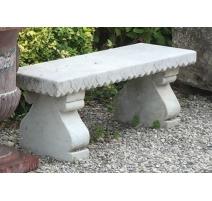 Banc droit en marbre blanc, assise sculptée