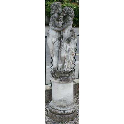 """Sculpture """"Les Amours"""" en pierre, sur socle rond"""