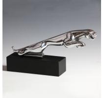 Jaguar en aluminium sur un socle en bois noirci