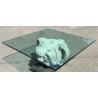 Table basse formée d'un élément en pierre sculpté