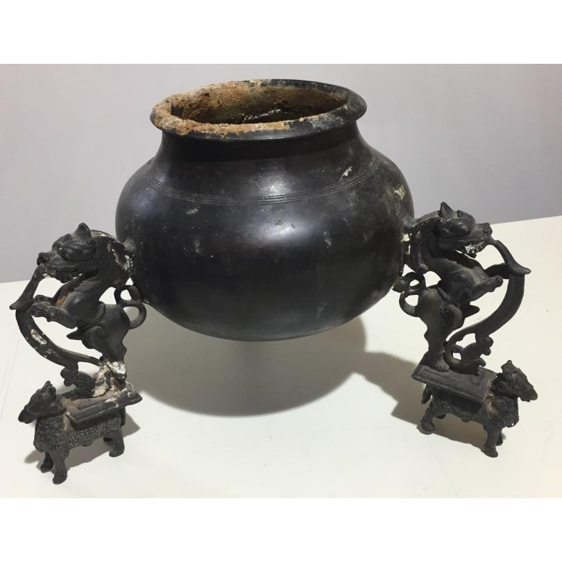 Coupe en bronze reposant sur trois pieds