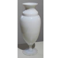 Vase ovoïde à piédouche en opaline de Sèvres