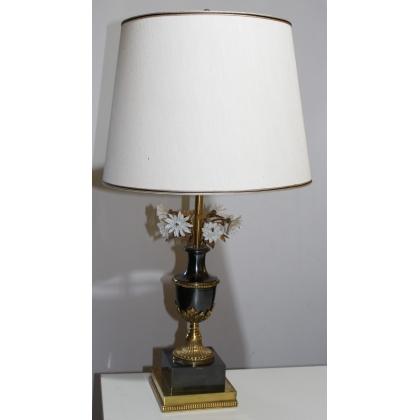 Lampe en bronze et fleurs en porcelaine