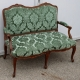 Canapé Louis XV recouvert de velours gaufré vert