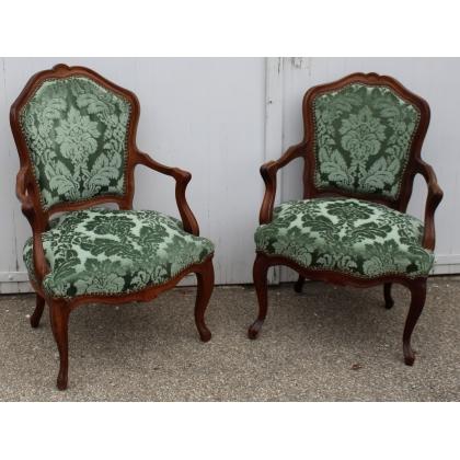 Fausse paire de fauteuils Louis XV velours gauffré