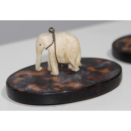 """Sculpture en ivoire """"Elephant"""" socle en écaille"""