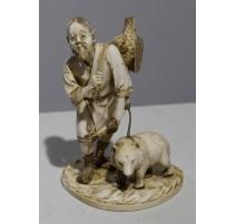 """Sculpture en ivoire """"Chasseur et son ours"""""""