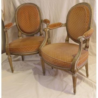 Paire de fauteuils Louis XVI laqués blanc et or