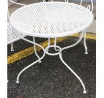 Table ronde en fer forgé blanc, plateau tressé