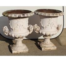 Paire d'urnes en fonte blanche avec anses